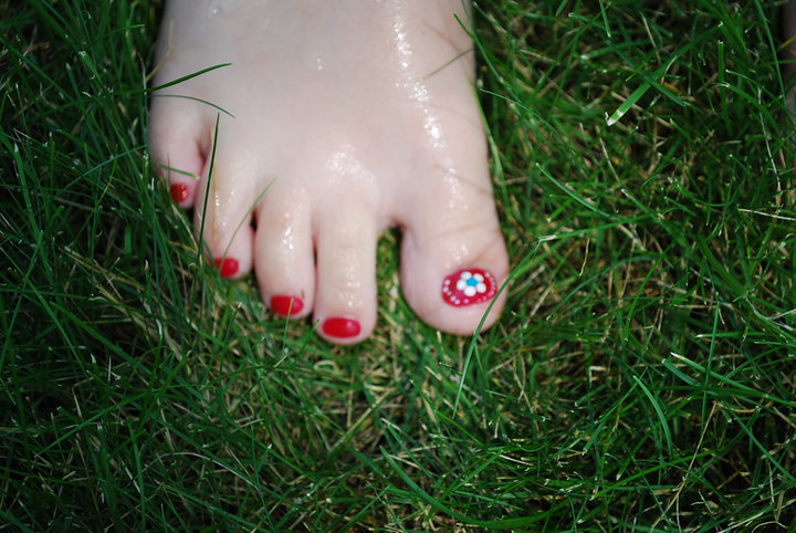 toes-in-grass